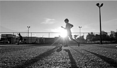 一群为足球痴迷的女足:小队员创纪录一次连续颠球13623下
