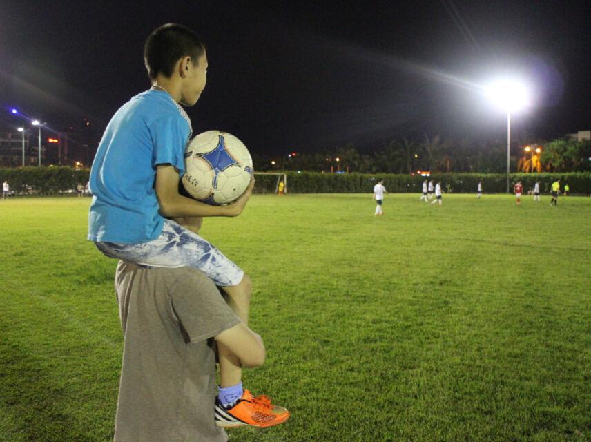 那时,坐在父亲的肩膀上看球