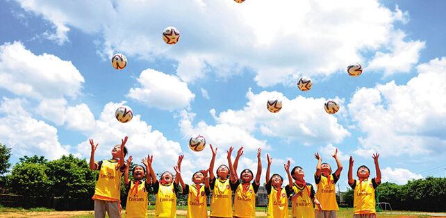 青年足球情怀公益行活动 给临高美台小学捐赠足球
