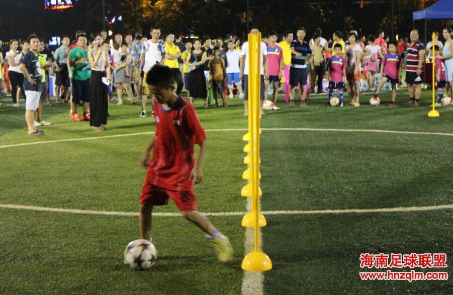 第二春足球培训小球员绕杆趣味活动