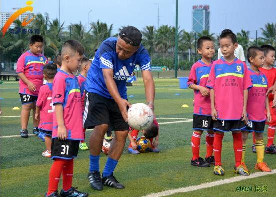 中国足协刘巍讲师为第二春足球培训营小球员授课