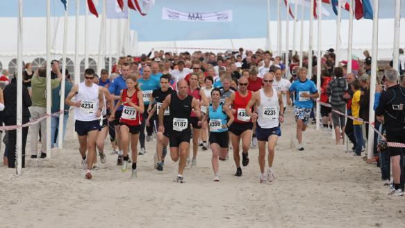 【跑步】国内外3000多名跑友参加海口国际沙滩马拉松赛