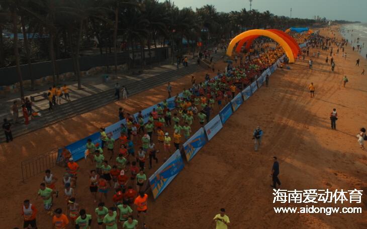 【跑步】酷!5000名跑友欢跑2015年海口国际沙滩马拉松赛 模特着比基尼狂奔吸睛
