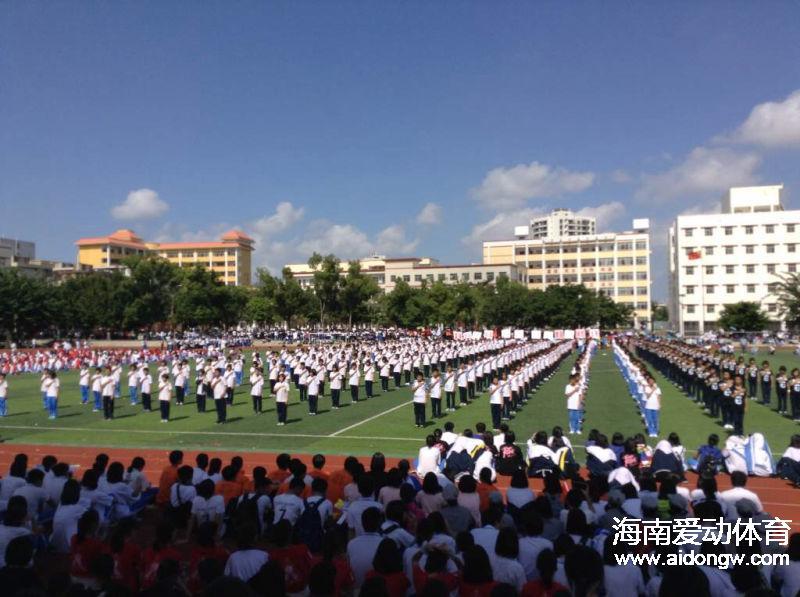 【武术】琼山华侨中学1600名学生打太极 校长:培养学生正确价值观