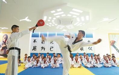 免费学习两个月!三亚市跆拳道协会免费向300多位学生授课