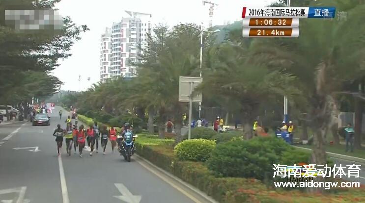 【图集】海南国际马拉松现场:专业选手冲过半程马拉松终点