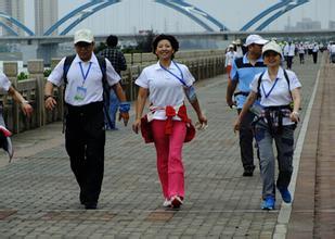 海口市举行群众徒步行走活动 最长者73岁