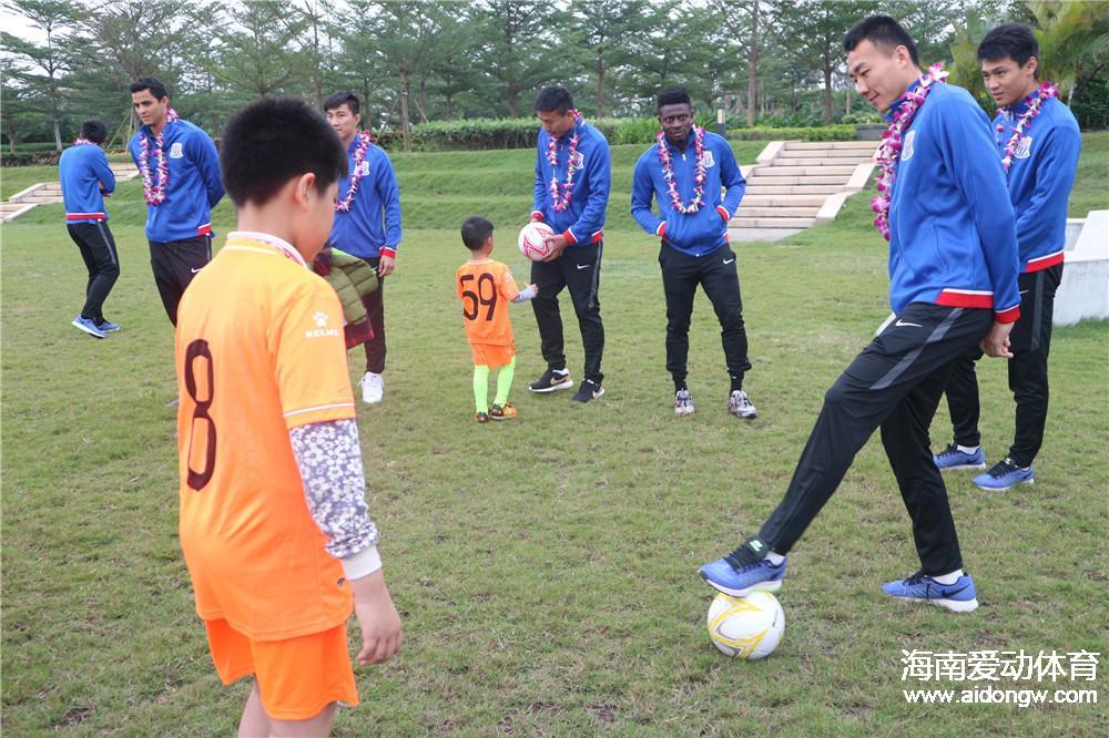 海南虎跃青训学员参加上海绿地申花球迷见面会  与申花球员互动