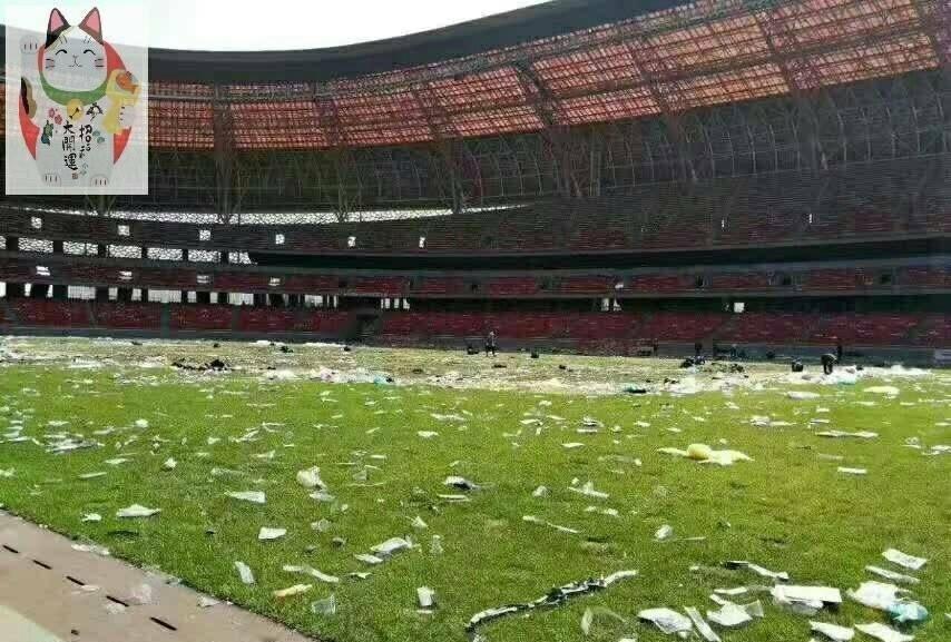 歌迷听哭球迷看哭 足球场变垃圾场一片狼藉