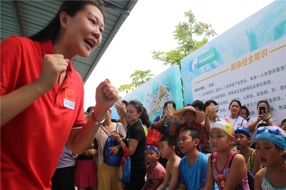 【图集】赵菁亲临海口指导小朋友游泳 建议海南民众都要学