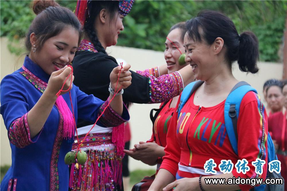 【图集】中国首届少数民族广场舞大赛19日晚举行  特色黎苗风俗喜迎各队来保亭
