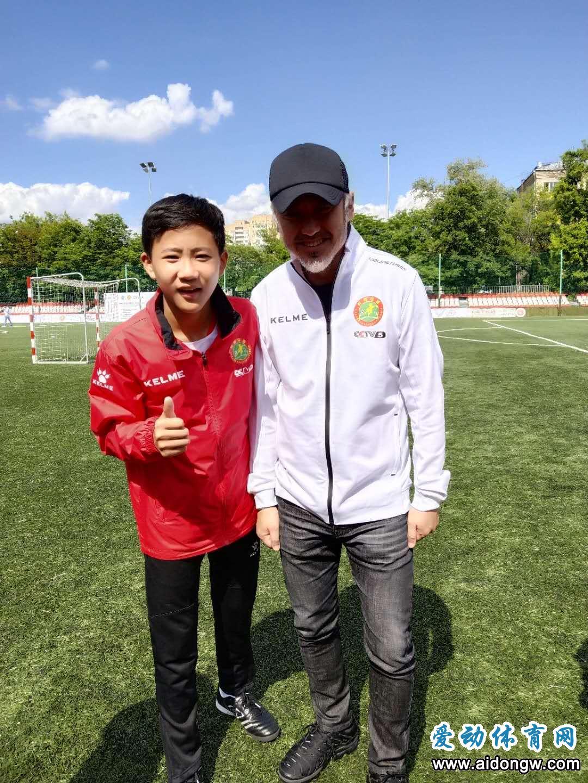 王昌宇参加中俄青少年校园足球友谊赛 影视演员吴秀波倾情助阵