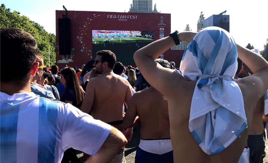 【爱动现场报道】阿根廷被冰岛逼平巴西球迷唱歌挑衅 阿球迷直言力挺梅西