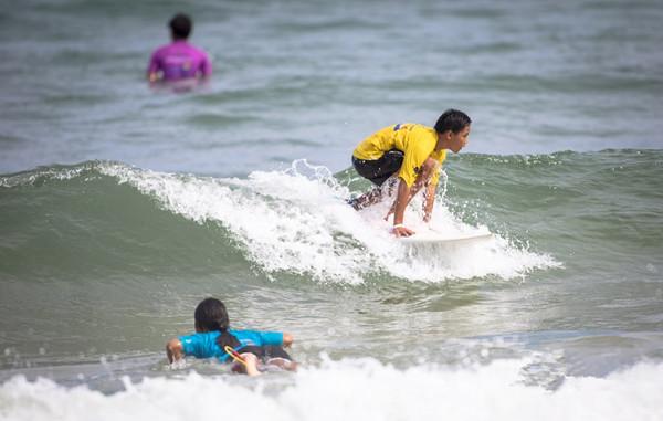 第五届省运动会冲浪比赛在万宁开赛  62人逐浪日月湾