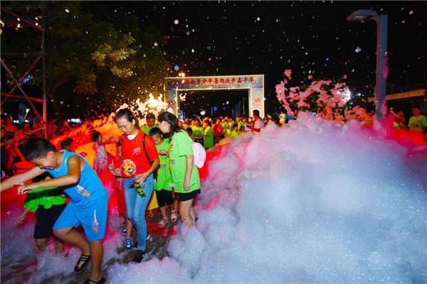 海口举办青少年暑期徒步嘉年华 1500余人参加
