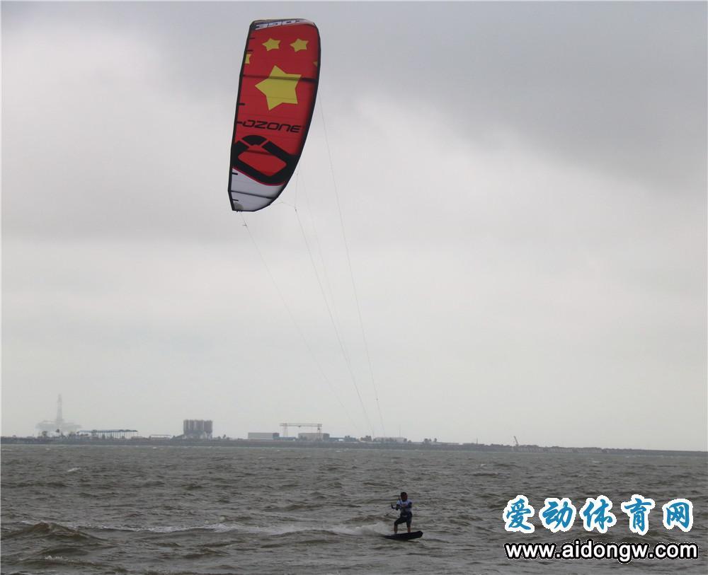 真刺激,边划水边放风筝!亲水季国际风筝帆板公开赛海口开赛