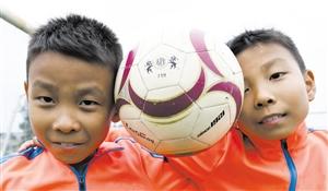 狂爱足球的双胞胎兄弟如一抹亮色 点缀海口冬日绿茵场
