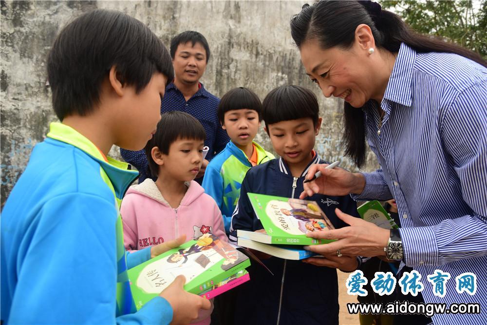 温暖!奥运冠军张宁到澄迈乡村慰问贫困球童