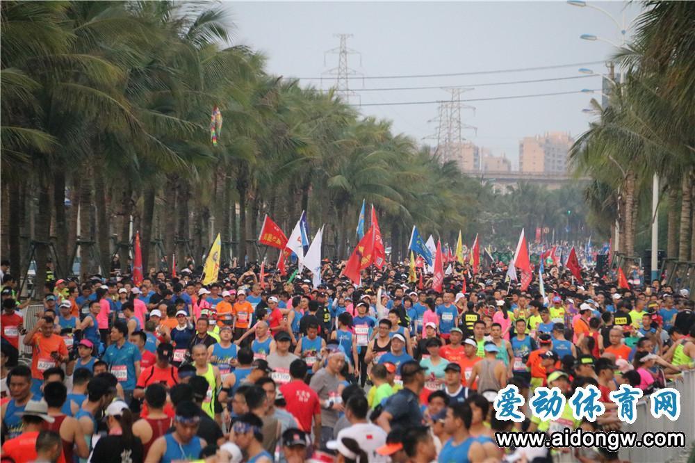 """【视频】2019海口马拉松激情开跑 嗨跑节打造中国马拉松的""""海南时间"""""""