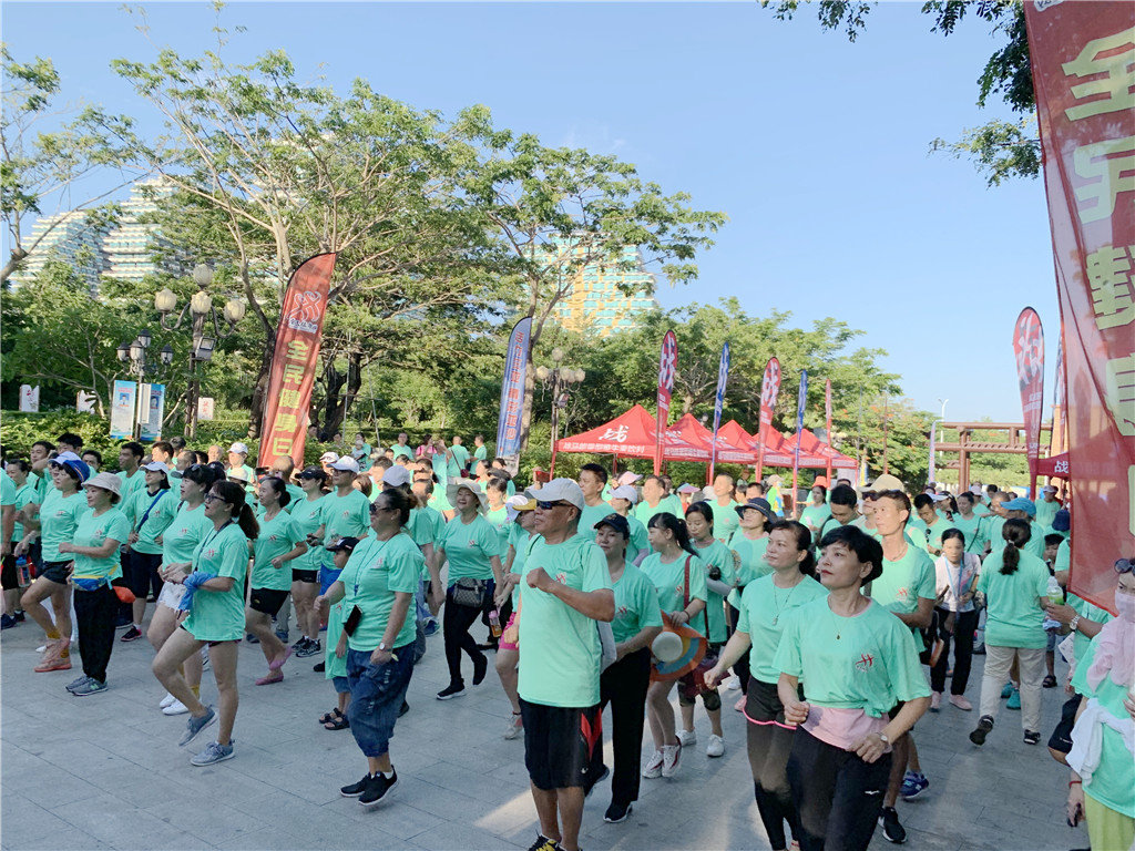全民健身日 三亚举行登山健身活动