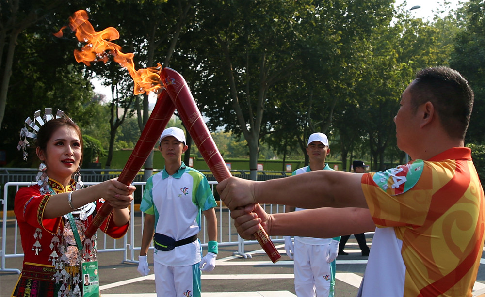海南黎族代表参加第十一届全国少数民族传统体育运动会火炬传递