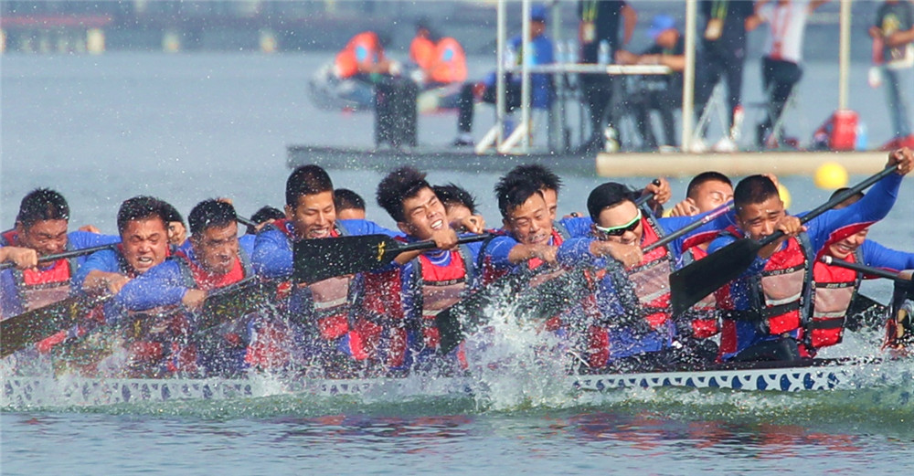 海南龙舟队激浪龙湖公园