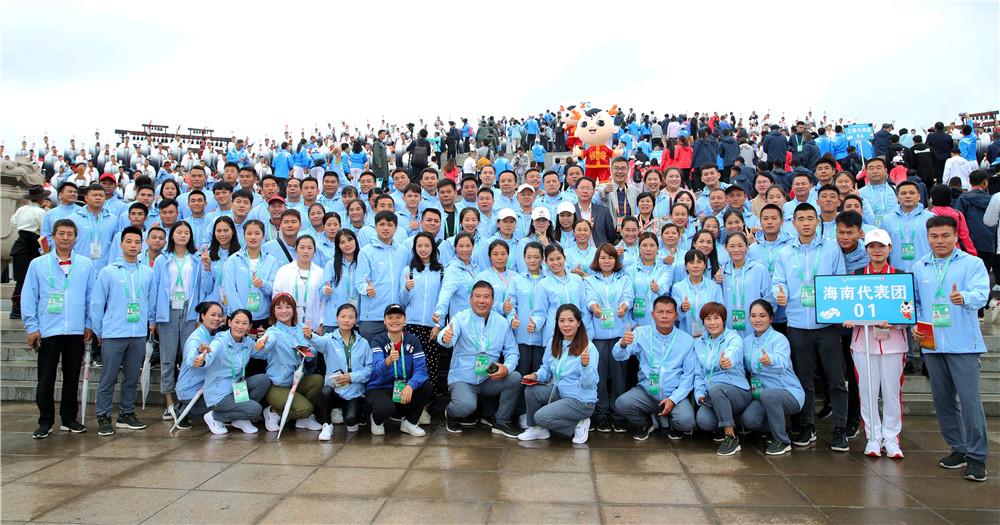 海南代表团参加民族大联欢活动