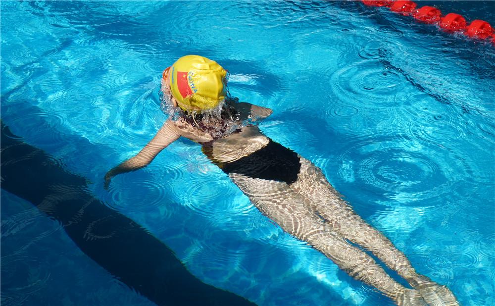 海口琼山区中小学游泳教育基地揭牌 体彩支持区首届中小学生游泳比赛举办