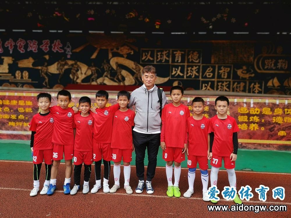前国足代理主教练傅博到海口秀峰实验学校指导小球员训练