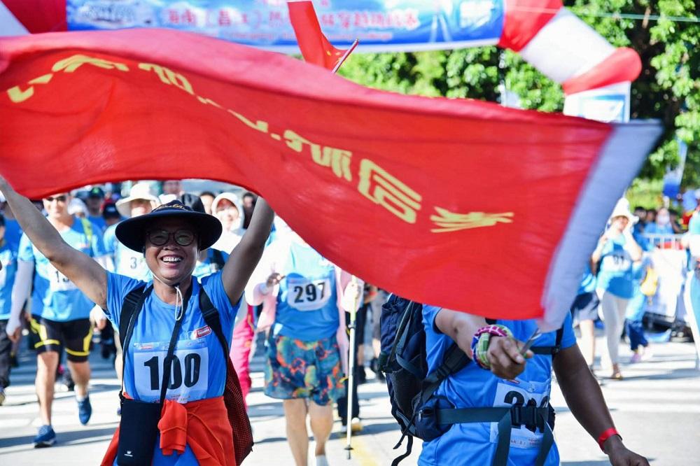 冲出桫椤海!w优德88w(昌江)热带雨林穿越挑战赛举行