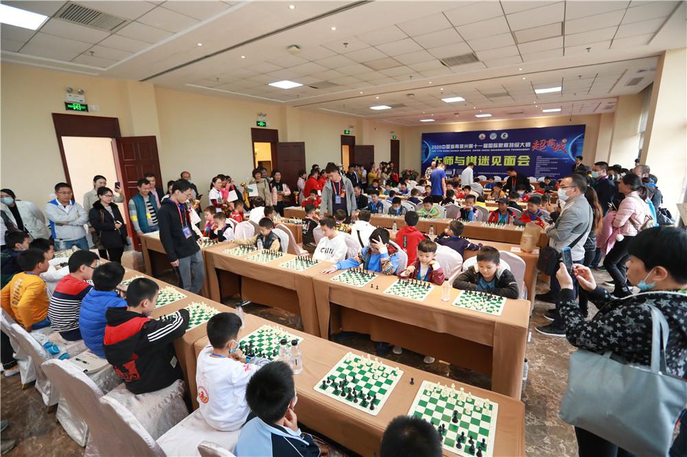 海南儋州第十一届国象超霸战休战之日 特级大师与棋迷互动