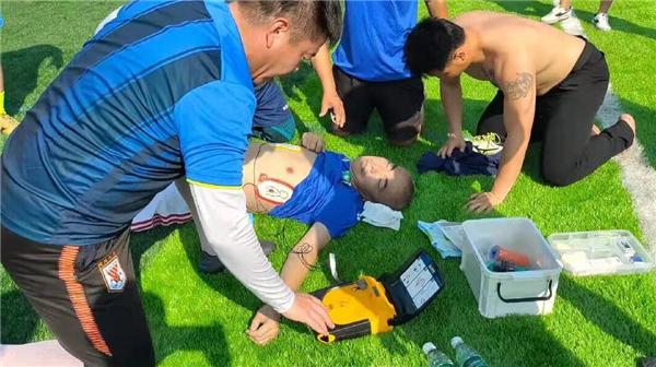 事发海口!一球员世纪公园踢球突然晕倒生命垂危,20分钟抢救后脱险