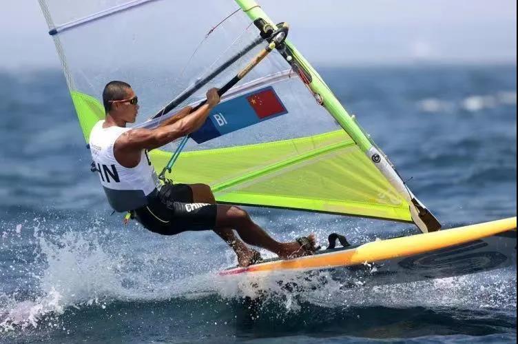 海南帆板选手毕焜,在江之岛畔扬起中国帆!